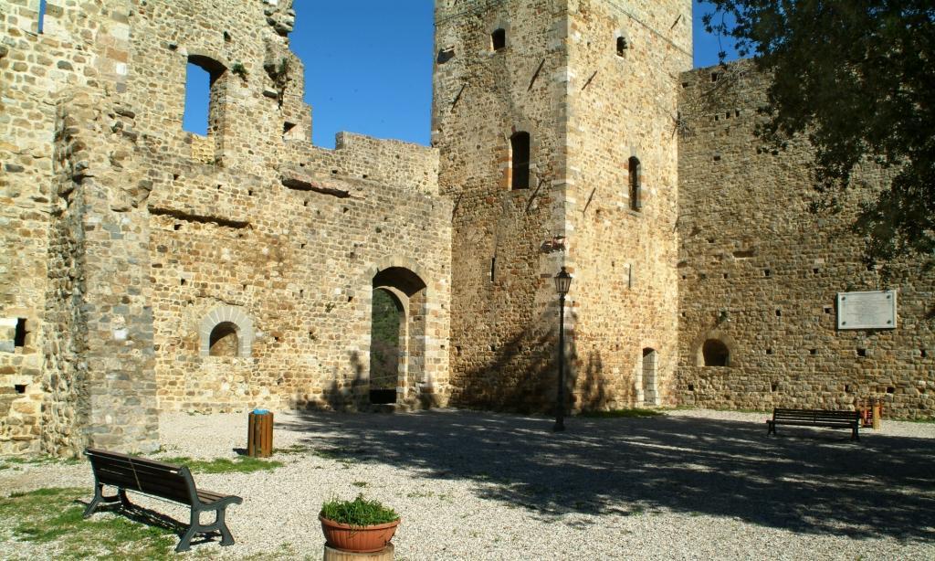 Piazza Querciola antistante il Castello dei Vescovi di Luni